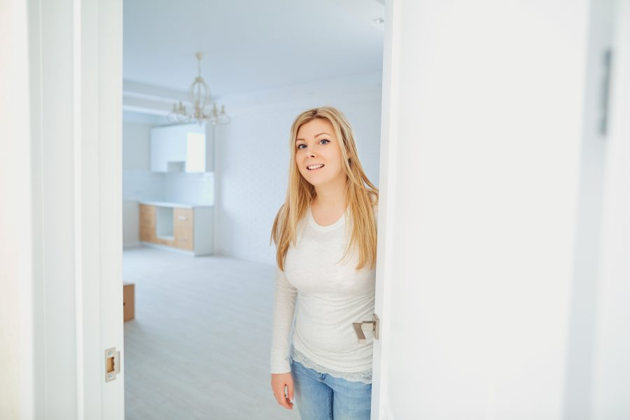 Frau öffnet Haustür