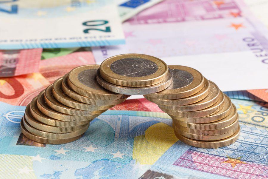 Brücke aus Münzen auf Geldscheinen