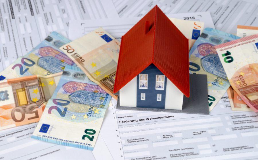Modellhaus auf Geldscheinen