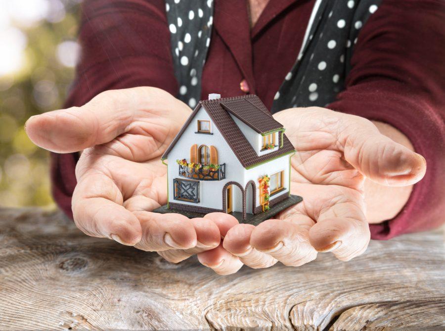 Alte Hände übergeben Haus
