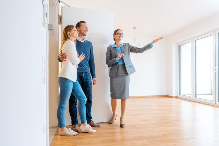 Immobilienmaklerin zeigt Wohnung