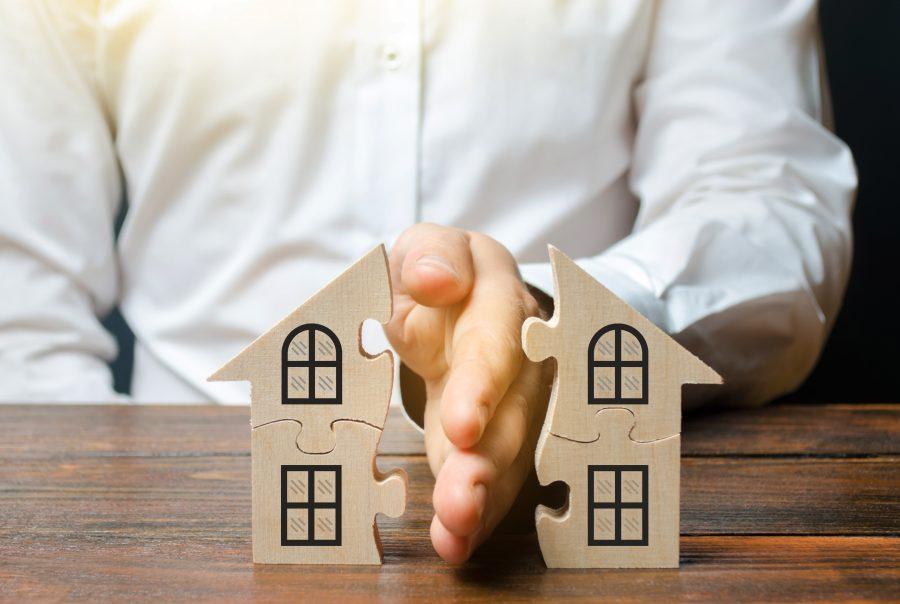 Mann teilt Holzhaus in zwei Hälften