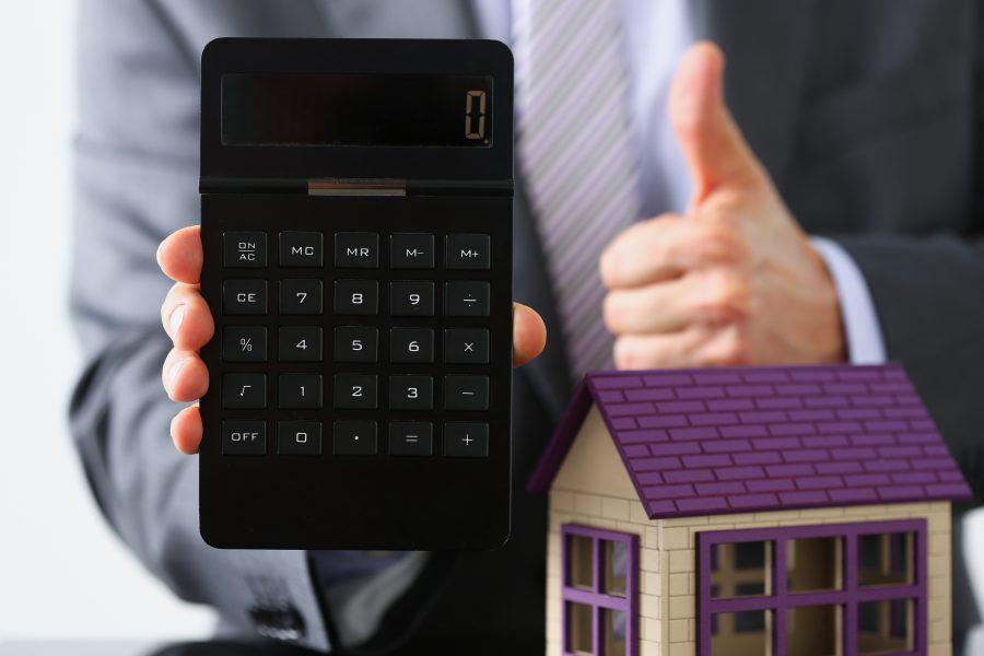 Taschenrechner und Modellhaus