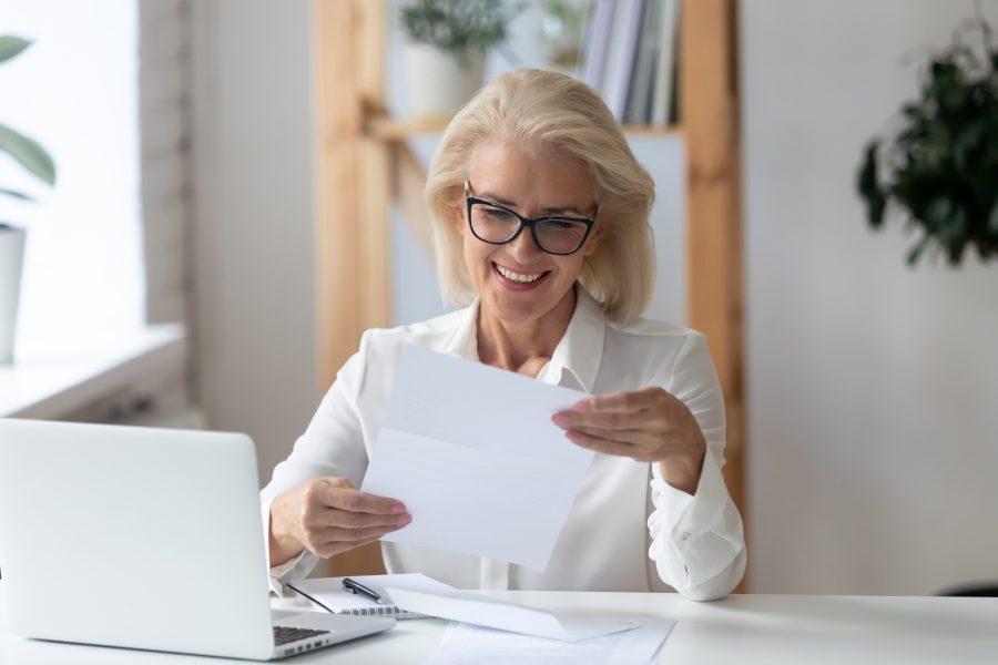 Frau freut sich über Zusage von der Bank